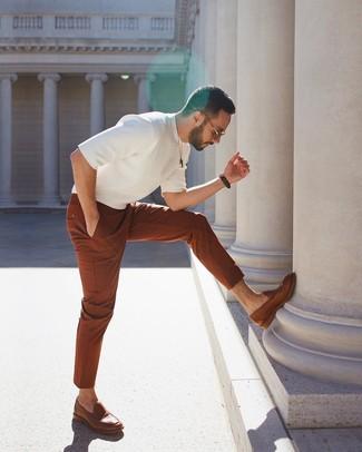 Cómo combinar: camiseta con cuello circular de punto blanca, pantalón chino en tabaco, mocasín de cuero marrón