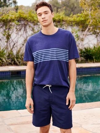 Cómo combinar: camiseta con cuello circular de rayas horizontales azul marino, shorts de baño azul marino