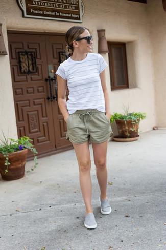 Intenta combinar una camiseta con cuello circular de rayas horizontales blanca junto a unos pantalones cortos para un look diario sin parecer demasiado arreglada. Un par de zapatillas slip-on grises se integra perfectamente con diversos looks.