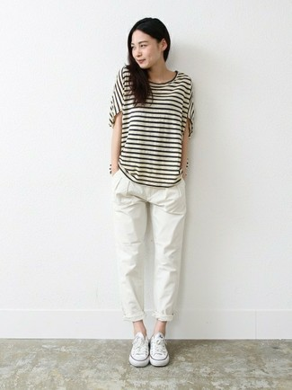 Cómo combinar: camiseta con cuello circular de rayas horizontales en blanco y negro, pantalón chino blanco, tenis de lona blancos