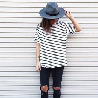 Cómo combinar  camiseta con cuello circular de rayas horizontales en blanco  y negro 9cbd9697836a
