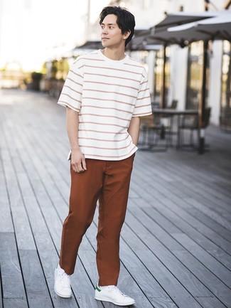 Cómo combinar: camiseta con cuello circular de rayas horizontales en blanco y rojo, pantalón chino en tabaco, tenis de cuero blancos