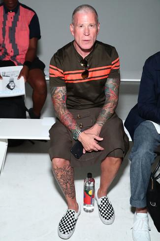 Look de Nick Wooster: Camiseta con cuello circular de rayas horizontales en marrón oscuro, Pantalones cortos marrónes, Zapatillas slip-on de lona a cuadros en negro y blanco