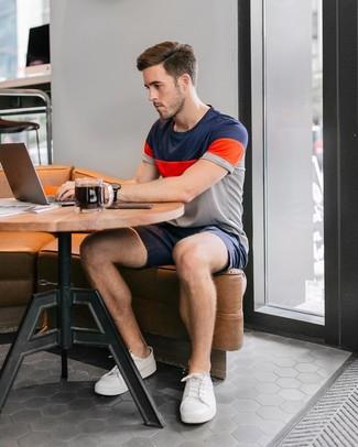 Look de moda: Camiseta con cuello circular de rayas horizontales en multicolor, Pantalones cortos azul marino, Tenis blancos