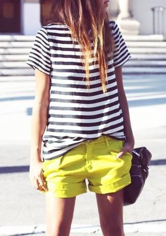 Empareja una camiseta con cuello circular de rayas horizontales en negro y blanco con unos pantalones cortos naranjas y te verás como todo un bombón.