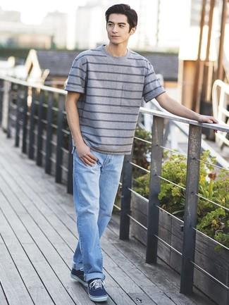 Cómo combinar: camiseta con cuello circular de rayas horizontales gris, vaqueros celestes, tenis de lona azul marino