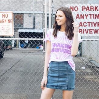 Cómo combinar: camiseta con cuello circular efecto teñido anudado violeta claro, minifalda vaquera azul