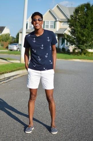 Cómo combinar unos pantalones cortos blancos: Elige una camiseta con cuello circular estampada en azul marino y blanco y unos pantalones cortos blancos para un look agradable de fin de semana. Náuticos de lona azul marino dan un toque chic al instante incluso al look más informal.
