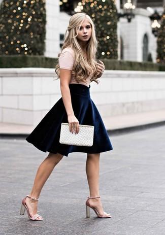 Cómo combinar: camiseta con cuello circular en beige, falda skater de terciopelo azul marino, sandalias de tacón de ante rosadas, cartera sobre de cuero con recorte blanca