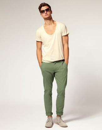 Cómo combinar: camiseta con cuello circular en beige, pantalón chino verde oliva, botas safari de ante grises, gafas de sol en marrón oscuro
