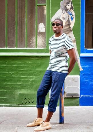 Para crear una apariencia para un almuerzo con amigos en el fin de semana usa una camiseta con cuello circular de rayas horizontales en blanco y azul marino y un pantalón chino azul. ¿Te sientes valiente? Usa un par de botas safari de ante marrón claro.