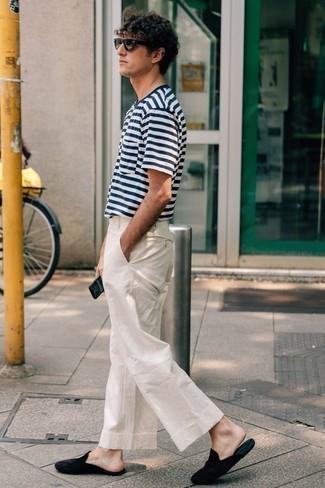 Cómo combinar unos zapatos de vestir en clima caliente: Empareja una camiseta con cuello circular de rayas horizontales en blanco y azul marino junto a un pantalón chino blanco para conseguir una apariencia relajada pero elegante. ¿Te sientes valiente? Elige un par de zapatos de vestir.
