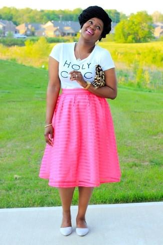 Cómo combinar unas bailarinas de cuero blancas: Considera ponerse una camiseta con cuello circular estampada en blanco y negro y una falda campana rosa para cualquier sorpresa que haya en el día. Bailarinas de cuero blancas son una opción incomparable para completar este atuendo.