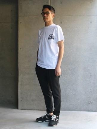 Cómo combinar unas deportivas en negro y blanco: Elige una camiseta con cuello circular estampada en blanco y negro y un pantalón chino negro para una apariencia fácil de vestir para todos los días. ¿Quieres elegir un zapato informal? Elige un par de deportivas en negro y blanco para el día.