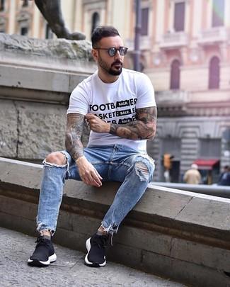 Cómo combinar: camiseta con cuello circular estampada en blanco y negro, vaqueros desgastados celestes, deportivas negras, gafas de sol en gris oscuro