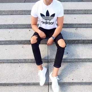 Cómo combinar: camiseta con cuello circular estampada en blanco y negro, vaqueros desgastados negros, tenis blancos, reloj de cuero negro