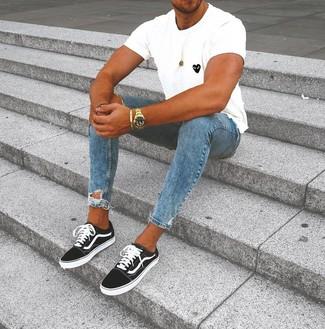 Cómo combinar: camiseta con cuello circular estampada en blanco y negro, vaqueros pitillo desgastados azules, tenis en negro y blanco, reloj dorado