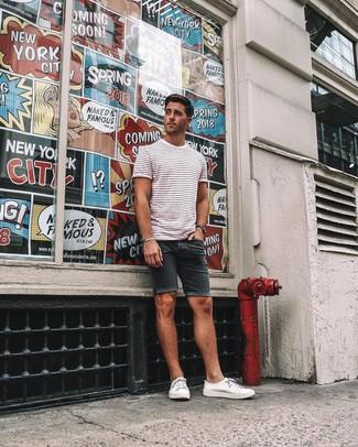Look de moda: Camiseta con cuello circular de rayas horizontales en blanco y rojo, Pantalones cortos vaqueros negros, Tenis de lona blancos, Reloj negro