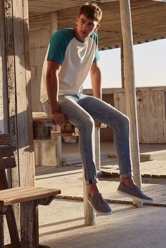 Outfits hombres estilo relajado: Empareja una camiseta con cuello circular en blanco y verde junto a unos vaqueros pitillo grises transmitirán una vibra libre y relajada. Elige un par de tenis de lona grises para mostrar tu inteligencia sartorial.