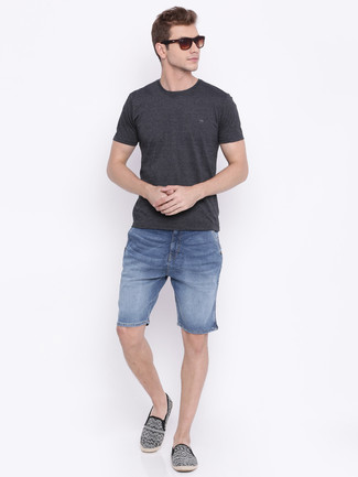Cómo combinar: camiseta con cuello circular en gris oscuro, pantalones cortos vaqueros azules, alpargatas de lona estampadas negras