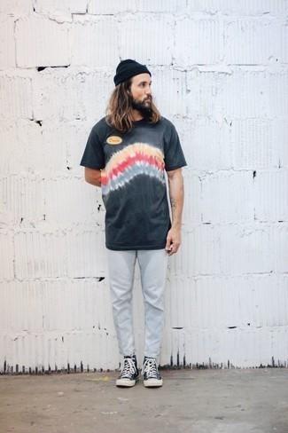Cómo combinar un gorro negro: Usa una camiseta con cuello circular efecto teñido anudado en gris oscuro y un gorro negro para un look agradable de fin de semana. ¿Te sientes valiente? Haz zapatillas altas de lona en azul marino y blanco tu calzado.