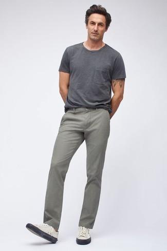 Cómo combinar unos vaqueros grises: Equípate una camiseta con cuello circular en gris oscuro con unos vaqueros grises para un look diario sin parecer demasiado arreglada. Tenis de cuero blancos son una opción buena para complementar tu atuendo.