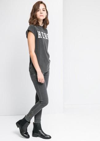 Cómo combinar: camiseta con cuello circular estampada en gris oscuro, vaqueros pitillo en gris oscuro, botines chelsea de cuero negros, calcetines de lana en gris oscuro