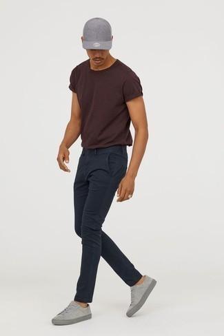 Outfits hombres en clima caliente: Empareja una camiseta con cuello circular en marrón oscuro junto a un pantalón chino azul marino para lidiar sin esfuerzo con lo que sea que te traiga el día. Tenis de ante grises son una opción práctica para complementar tu atuendo.