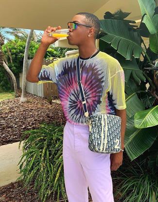 Cómo combinar: camiseta con cuello circular efecto teñido anudado en multicolor, pantalón chino violeta claro, bolso mensajero de lona estampado amarillo, gafas de sol naranjas