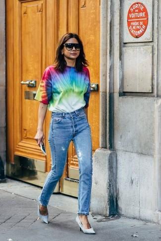 Cómo combinar: camiseta con cuello circular efecto teñido anudado en multicolor, vaqueros azules, zapatos de tacón de lona celestes, gafas de sol negras