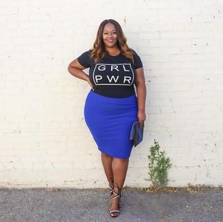 Cómo combinar: camiseta con cuello circular estampada en negro y blanco, falda lápiz azul, sandalias de tacón de cuero en blanco y negro, cartera sobre de cuero negra