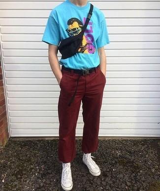 Look de moda: Camiseta con cuello circular estampada en turquesa, Pantalón chino de pana burdeos, Zapatillas altas de lona blancas, Correa de lona negra