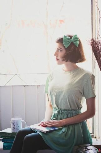 Opta por la comodidad en una camiseta con cuello circular en verde menta y un corbatín.