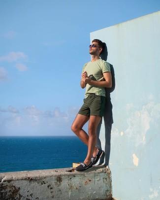 Cómo combinar: camiseta con cuello circular en verde menta, pantalones cortos verde oliva, náuticos de lona azul marino