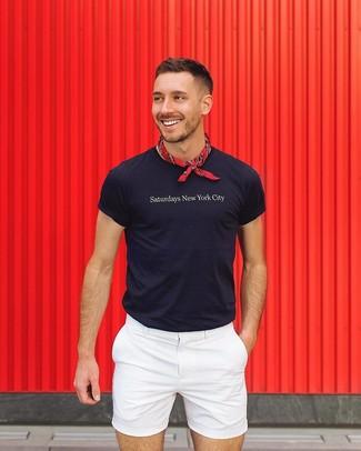 Cómo combinar: camiseta con cuello circular estampada azul marino, pantalones cortos blancos, bandana roja