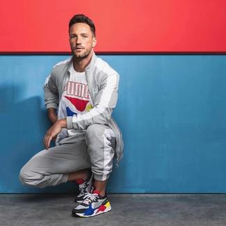 Cómo combinar: camiseta con cuello circular estampada blanca, chándal gris, deportivas en multicolor
