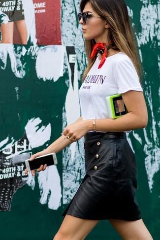 Cómo combinar una minifalda de cuero negra en clima caliente: Equípate una camiseta con cuello circular estampada blanca con una minifalda de cuero negra transmitirán una vibra libre y relajada.