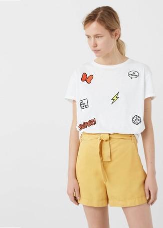 Cómo combinar: camiseta con cuello circular estampada blanca, pantalones cortos amarillos