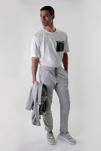 Cómo combinar un chándal: Empareja un chándal junto a una camiseta con cuello circular estampada en blanco y negro para un look agradable de fin de semana. Deportivas grises son una opción perfecta para complementar tu atuendo.