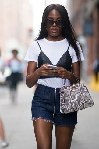 Cómo combinar: camiseta con cuello circular estampada en blanco y negro, pantalones cortos vaqueros azul marino, bolsa tote de cuero con print de serpiente gris