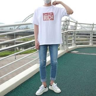 Cómo combinar: camiseta con cuello circular estampada en blanco y rojo, vaqueros pitillo desgastados azules, tenis de cuero blancos