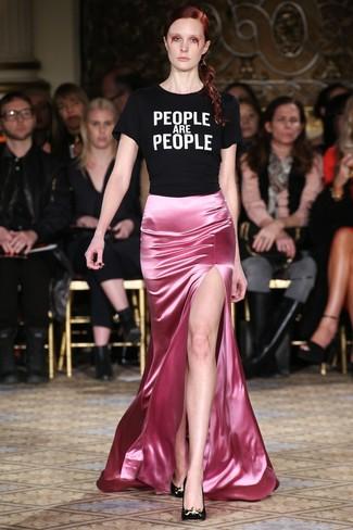 Cómo combinar: camiseta con cuello circular estampada en negro y blanco, falda larga de satén rosada, zapatos de tacón de ante negros
