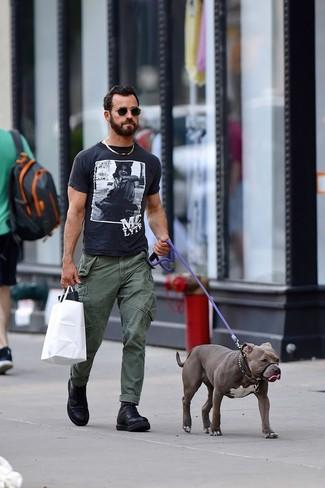 Look de Justin Theroux: Camiseta con cuello circular estampada en negro y blanco, Pantalón cargo verde oliva, Botas casual de cuero negras