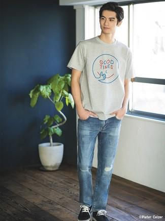 Cómo combinar: camiseta con cuello circular estampada gris, vaqueros desgastados azules, tenis de ante azul marino