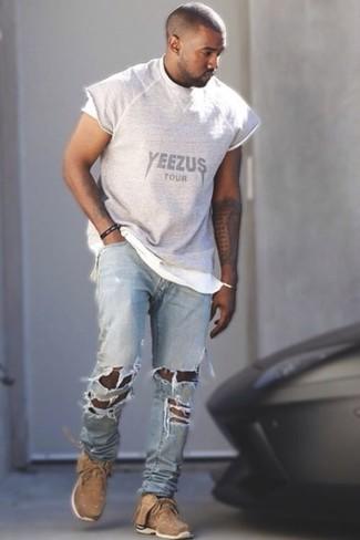 Look de Kanye West: Camiseta con Cuello Circular Estampada Gris, Vaqueros Desgastados Celestes, Deportivas Marrón Claro