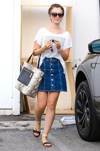 Cómo combinar: camiseta con cuello circular estampada en blanco y azul, falda con botones vaquera azul, sandalias planas de cuero negras, bolsa tote de cuero con print de serpiente gris