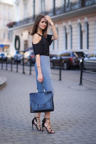 Cómo combinar: camiseta con cuello circular negra, falda lápiz azul, sandalias de tacón de ante negras, bolso de hombre de cuero negro
