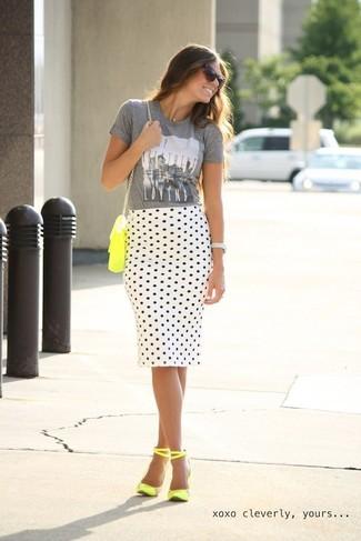 Ponte una camiseta con cuello circular estampada gris y una falda lápiz a lunares blanca y negra para lidiar sin esfuerzo con lo que sea que te traiga el día. Opta por un par de sandalias de tacón de cuero amarillas para mostrar tu lado fashionista.