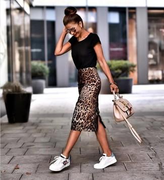 Cómo combinar: camiseta con cuello circular negra, falda lápiz de leopardo marrón, tenis de cuero blancos, bolso bandolera de cuero bordado en beige