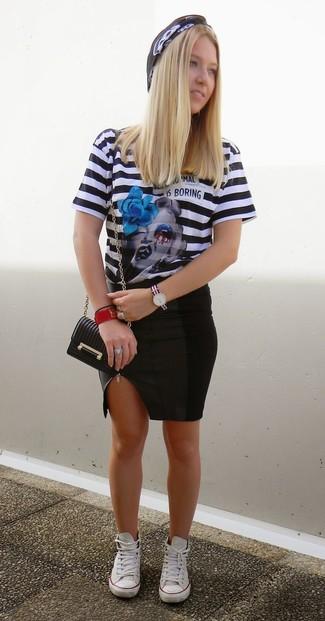 Cómo combinar: camiseta con cuello circular de rayas horizontales en negro y blanco, falda lápiz de cuero negra, tenis blancos, bolso bandolera de cuero negro
